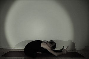 Während der Yogalehrer Ausbildung in Berlin wird Yogaphilosophie & Yogaspiritualität genauso behandelt, wie das körpergerechte Ausführen der Yoga Asanas. Dr. Mohme erklärt hierbei exakt die menschliche Anatomie. Vorbeugen und Rückbeugen sind genauso wichtige Asanas im Yoga, wie Dehnungen & Balancehaltungen. Sämtliche Asanas stärken sowohl Deinen Körper, als auch Deinen Geist & Deine Seele. Du kannst im Yoga tiefe Erfahrungen machen.