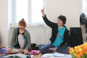 Teilnehmerinnen der Yogalehrer Ausbildung in Berlin - Yoga & Cure mit Dr. med. Wiebke Mohme. Hier meldet sich Natalie. Wenn Du in die Yoga Ausbildung kommst, wird Yoga fester Bestandteil Deines Lebens.