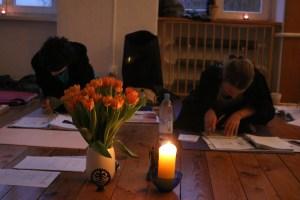 Teilnehmerinnen der Yogalehrer Ausbildung in Berlin. Die Yoga Studentinnen lesen das Skript der Yoga Ausbildung.