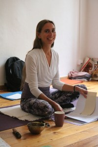 Die Fortbildungen Anatomie & Körperwissen für Yogalehrer & Yogalehrerinnen stehen unter der Leitung der Ärztin Dr. Mohme. Dr. Mohmes Yogaunterricht & die Anataomieerklärungen der Yogaasanas sind spannend & bereichernd zugleich. Für Yogalehrer sämtlicher Yogastile, egal ob Kundalini Yoga, Anusara Yoga, Power Yoga, Forrest Yoga oder Hatha Yoga sind diese Yogaseminare eine Ergänzung, Vertiefung & Bereicherung.