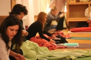 Teilnehmerinnen der Yogalehrer Ausbildung in Berlin unter der Leitung von Dr. med.Wiebke Mohme von Yoga & Cure. Es herrscht eine entspannte, wohlige Lernatmosphäre während der Kurszeiten vor! Falls Du tiefer in den Yoga eintauchen magst, bist Du bei Wiebke genau richtig!