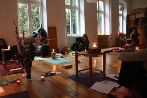 Die Yogalehrer Ausbildung in Berlin. Teilnehmerinnen dieser Yoga Ausbildung in Berlin genießen die Atmosphäre während der Yoga Ausbildungstage sehr. Dr. med. Wiebke Mohme, die Ausbildungsleiterin ist Arzt, Ärztin & Ayurveda Expertin. Außerdem ist Wiebke eine sehr erfahrene Lehrdozentin in den Bereichen Yoga, Yogatherapie & Ayurveda. Neben der grundlegenden Theorie, gehört selbstverständlich auch viel Asanapraxis, Pranayama & Meditation dazu. Die Ausbildungswochenenden enthalten immer eine besondere Mischung aus Theorie & Praxis.
