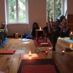 Yogalehrer Ausbildung bei Yoga & Cure. Ausbildungsteilnehmerinnen nach dem Kerzenexperiment. Yoga ist auch Meditation.