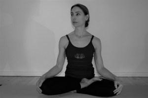 Der Lotossitz oder auch Lotussitz ist ein bekanntes Asana aus dem Yoga. Der Sanskritname lautet Padmasana. Er ist eine der weltweit verbreitetsten Yogahaltungen. Denn es sitzen viele Menschen, wenn sie auf dem Boden sitzen, in dieser Haltung. Meditierende Menschen nutzen oftmals diesen Sitz. Er ist sozusagen der Inbegriff von Yoga. Hier siehst Du Dr. Mohme im halben Lotossitz.