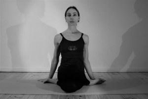 Diese Yogatherapie Ausbildung ist etwas ganz Besonderes! Sie wird geleitet von der Ayurveda & Yoga Expertin Dr. med. Wiebke Mohme. Bei Dr. Mohme geht es niemals ausschließlich um Asanas, sondern darum Körper, Geist & Seele ganzheitlich zu sehen und zu verstehen. Dies genauso wie das Yogasystem als Ganzes. Denn Yoga ist mehr als lediglich Asanas!