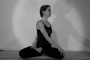 Dehnungen, Mobilisierungen & Drehungen sind Teil des Yoga Asana Programms während der Yogalehrer Ausbildung. Dr. med. Wiebke Mohme als Ärztin ist Topexpertin für Yoga, Yogatherapie & Ayurveda. Dr. Mohme vermittelt die Yoga Grundlagen auf angenehme Art & Weise. Mit diesem Yogawissen kannst Du sicher & gesundheitsfördernd Yoga praktizieren & unterrichten.