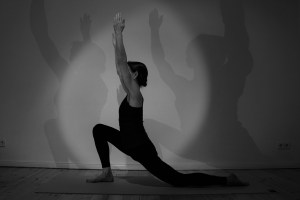 """Der Ausfallschritt im Yoga ist ein häufig vorkommendes Asana. Hier wird beispielsweise der für den Yoga wichtigste Muskel gedehnt. Weißt Du wie er heißt? Es ist der Iliopsoas. Der medizinisch korrekte Name lautet """"musculus psoas major"""". Der Deutsche Name ist """"großer Lendenmuskel"""". Dieser Muskel besteht aus zwei Teilen: Dem Ilio und dem Psoas. Hier sind oftmals traumatische Erfahrungen gespeichert. Dies alles und noch viel mehr erklärt Dr. Mohme während der Yogalehrer Ausbildung in Berlin Pankow - Prenzlauer Berg."""