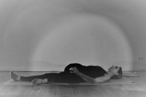 Während der Yogatherapie Ausbildung mit Dr. Mohme geht es nicht nur um das körpergerechte, gesunde Ausüben der Asanas, sondern auch um das wirkliche Verstehen von Körperzusammenhängen. Yogatherapie ist genauso, wie im Prinzip der Yoga prinzipiell, als ein System anzusehen, das für eine individuelle Anwendung vorgesehen ist. Das Eingehen auf individuelle Bedürfnisse und das Arbeiten mit einem Menschen steht in der Yogatherapie folglich im Vordergrund.