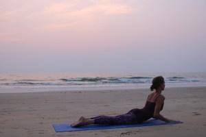 Auch am Meer kann Yoga praktiziert werden. Die Yogalehrer Ausbildung & Yoga Ausbildung ist bei Wiebke etwas ganz besonderes. Komm in eine kleine, familiäre Yogagruppe. Wiebkes Yoga ist sanft & zugleich kräftigend.