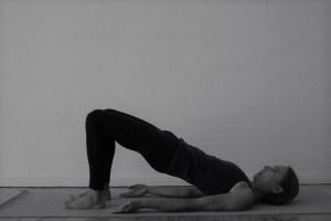 Hier die Schulterbrücke oder in der Originialsprache des Sanskrit auch Vilomasana genannt. Die Wirkungen der Schulterbrücke sind vielfältige. Dies gilt für sämtliche Asanas.  Neben der Dehnung der Bauchmuskulatur wird ihr die Aktivierung der Schilddrüse, der Nieren & der Nebennieren nachgesagt. Lerne tiefes, spirituelles & zugleich medizinisch fundiertes Yoga bei der Yogaspezialistin Dr. Mohme!