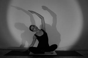 In der Yogalehrer Ausbildung begegnest Du vielen tollen Menschen. Die Ausbildungsleiterin Dr. Mohme ist Ärztin, Ayurvedaärztin & Yogaexpertin. Außerdem ist sie sehr einfühlsam, kreativ & verfügt über schier endloses Yogawissen, dass sie von ganzem Herzen teilt & vermittelt. Hier siehst Du ein Bild der Seitbeuge im Sitzen. Trikonasana kräftigt und dehnt den Rumpf zugleich. Die Flexibilität der Wirbelsäule wird gesteigert.