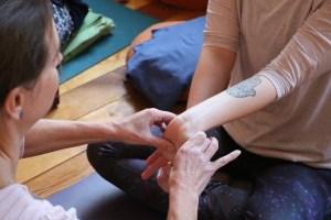 Hands on ist ein wichtiges Lehrmittel im Yogaunterricht. Dies und noch viel mehr lernst Du während der Yogalehrer Aubildung bei Yoga & Cure. Die Yogaausbildung steht unter ärztlicher Leitung und ist medizinisch fundiert.