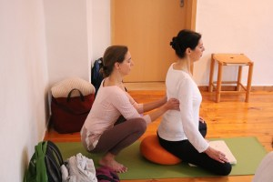 Yogatherapie ist eine sehr individuelle & persönliche Angelegenheit. Deshalb sollte auch die Lehrerin besonders qualifiziert sein. Die Leiterin des Yoga Institutes Yoga & Cure ist dies. Ferner übt sie ihre Profession mit ganzem und gebendem Herzen aus. Und dies bereits seit 20 Jahren!