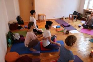Unterstützung während der Asanapraxis ist besonders in der Yogatherapie wichtig. Während der Yogatherapie Ausbildung lernst Du den individuellen Umgang mit Schülerinnen, Schülern, Patienten & Patientinnen. Weil eine fundierte Yogalehrer Ausbildung Voraussetzung für eine Yogatherapie Ausbildung ist, empfehlen wir zunächst Dr. Mohmes Yoga Ausbildung zu besuchen.