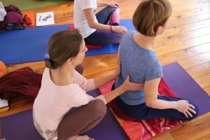In der Yogalehrer Ausbildung von und mit Dr. Mohme ist jeder Yogaschüler willkommen. Unterstützende Berührung ist genauso wichtig, wie das gesunde, also körpergerechte Ausüben der Asanas. In den Yogagruppen gibt es immer eine wohlige, angenehme Atmosphäre. Du bist herzlich willkommen, so wie Du bist! Die Yogaart, die Du bisher praktiziert hast ist unwesentlich, weil Dr. Mohme Dich so nimmt wie Du bist. Sie geht auf die individuellen Bedürfnisse der Teilnehmerinnen ein!