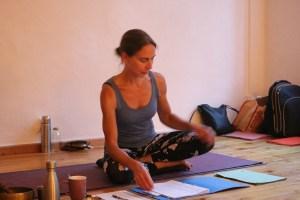 Dr. Mohme leitet die Yogalehrer Ausbildung von Yoga & Cure in Berlin Prenzlauer Berg. Dr. Mohme verfügt über schier unendliches Yogawissen, medizinisches Fachwissen & fundiertes ayurvedisches Wissen. Dr. Mohme ist zudem eine phänomenale & sehr erfahrene Dozentin in Yoga Ausbildungen, Yogatherapie Ausbildungen & Ayurveda Ausbildungen. Sie unterrichtet sowohl im europäischen Ausland, als auch in Deutschland. An der Yoga Universität in Villeret, Schweiz ist sie regelmäßig als Dozentin in Ausbildungen tätig.