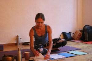Während der Yogalehrer Ausbildung gibt es viel Freiraum für Deine individuelle Entwicklung. Wiebke begleitet Dich dabei sowohl mit ihrem riesigen Fachwissen, als auch mit ihrem Mitgefühl & ihrer Empathie. Diese Yoga Ausbildung kann Dein Leben stark verändern. Hier blättert Dr. Mohme in dem umfangreichen Skript der Ausbildung.
