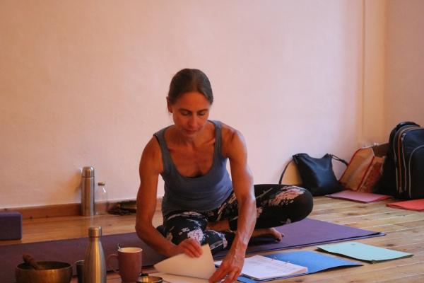 Dr. Mohme ist die Institutsleiterin von Yoga & Cure. Sie hat diverse Yogaausbildungen absolviert. Unter anderem eine BDY anerkannte Yoga Ausbildung des Himalaya Instituts. Ferner wurde sie von Ana Forrest und Tara Judelle (Embodied Flow) ausgebildet. In Dr. Mohmes Institut werden in Bälde BDY gleichwertige Yogalehrer Ausbildungen angeboten. Es ist folglich nicht notwendig nach Bali, Indien, Thailand oder Indonesien zu gehen, um eine hochwertige Yoga Ausbildung zu absolvieren.