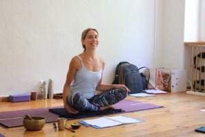 Dr. Mohme unterrichtet während ihrer Yoga Ausbildung sehr fundiert wichtige Grundlagen. Sowohl theoretisches Basiswissen, als auch Praxis ist ihr im Yoga wichtig. Yoga soll der Gesundheit & dem Wohlbefinden dienen! Außerdem wirkt Yoga präventiv, das heißt vorbeugend. Lass es gar nicht erst zu Verletzungen oder Krankheiten kommen! Pflege Deinen Körper, Deine Psyche & Deine Seele. Dr. Mohme gibt Dir viele Techniken an die Hand. Diese Yogalehrer Ausbildung dient somit auch Deiner persönlichen Entwicklung!