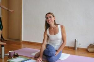 Dr. Mohme leitet die 300 Stunden Yogalehrer Ausbildung in Berlin. Manchmal wird diese Yogalehrer Ausbildung mit 300+ gekennzeichnet oder auch 300 +. Diese Yoga Alliance registrierte & zertifizierte Ausbildung ermöglicht Dir Vieles. Auch führt sie zu einer Gleichstellung mit der BDY basic Ausbildung. Wenn Du sie durchlaufen hast, kannst Du folglich die Anerkennung durch die Krankenkassen erhalten. Jeder Yogastil, jede Yogarichtung ist willkommen. Auf dem Bild siehst Du die Yoga Ausbildungsleiterin Dr. Mohme.