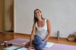 Dr. med. Wiebke Mohme unterrichtet während der Yogalehrer Ausbildung Anatomie für Yogalehrerinnen. Außerdem erfährst Du viel über das korrekte Alignement in Asanas.