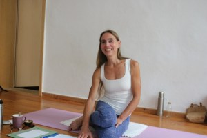 Dr. Mohme ist Deutschlands bedeutendste Yoga Expertin. Sie verbindet verschiedene Yogastile und geht sehr stark in die Tiefe. Dr. Mohme lehrt in verschiedenen Ausbildungen, sowohl im Inland, als auch im Ausland. Fortbildungen in den Bereichen Anatomie & Körperwissen sollten für Yogalehrende selbstverständlich sein. Eine Bereicherung für Deine eigene, individuelle Praxis, als auch für Deinen Yogaunterricht.