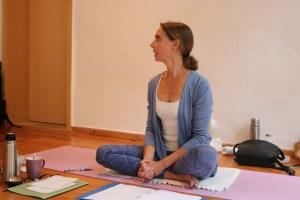 Dr. Mohme erklärt sehr kompetent und fundiert viele wichtige Yogadetails während der Ausbildung. Sämtliche essentiellen Asanas werden genau angeschaut und beleuchtet. Darunter auch der Suryanamaskar, der Sonnengruß. Der Sonnengruß ist eine beliebte Übungsabfolge, bestehend aus mehreren Asanas, die fließend hintereinander ausgeübt werden. Diese Asanas tauchen auch in etlichen anderen Zusammenhängen und möglichen Übungsabfolgen auf. Dr. Mohme ist das wirkliche Verstehen, dessen, was und wie Du es tust, wichtig!