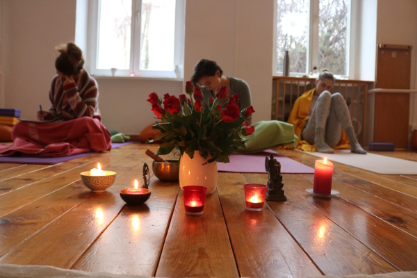 Informationsabend zur Yoga Ausbildung bei Yoga & Cure. Wiebke Mohme praktiziert keine Stile wie z.B. Kundalini Yoga, Ashtanga, Anusara oder Jivamukti Yoga.