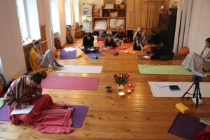 Die Yogalehrer Ausbildung bei Yoga & Cure ist medizinisch fundiert und von hoher Qualität. Falls Du bei Yoga Vidya oder woanders eine Yogaausbildung absolviert hast, kannst Du hier die Grundlagen nachholen. Diese Yoga Ausbildung ist außerdem sehr ganzheitlich und breit. Du lernst auch viel über angrenzende Themengebiete. Hier eine Szene aus dem Unterricht.