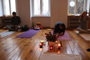 Während einer Yogalehrer Ausbildung steht auch Selbststudium auf der Tagesordnung. Weil der Unterricht in Wiebkes Yoga Ausbildung so spannend ist, geschieht das Lernen, Ausprobieren, Erforschen & Erkunden auf einfühlsame, leichte Art & Weise. Falls Du mehr über Yoga erfahren möchtest, komme in eine unserer Ausbildungsgruppen.