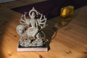 Durga ist die Frau Shivas. Weil für uns Menschen weibliche Anteile genauso wichtig sind, wie männliche, sind sie im Yoga, in der Yogapraxis & auch in der Yogaphilosophie genauso vertreten. In der 300+ Yoga Ausbildung spielt die Yoga Philosophie neben der Spiritualität und den medizinischen Grundlagen ebenfalls eine wichtige Rolle.