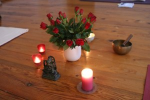 Die Fachärztin für Allgemeinmedizin Dr. med. Wiebke Mohme hat sowohl die Schulmedizin verstanden als auch den Ayurveda. Ayurveda ist das indische Heilsystem. In ihrer Yoga Ausbildung gibt sie ihr komplettes Wissen in Bezug auf Gesundheit, Körper, Yoga & Ayurveda weiter. Der Unterricht während ihrer Yoga Ausbildungen beinhaltet eine besondere Mischung aus Theorie & Praxis.