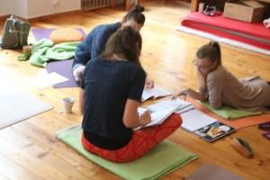 In den Yoga Fortbildungen Anatomie & Körperwissen für Yogalehrende mit Dr. med. Wiebke Mohme ist es wichtig, dass das Lernen Freude bereitet. Ferner erleben die Teilnehmerinnen einen sehr praxisnahen Unterricht. Selbstverständlich gibt es an diesen Wochenenden auch Yogaklassen. Außerdem wird manchmal in Kleingruppen zu fachspezifischen Yogafragen gearbeitet.