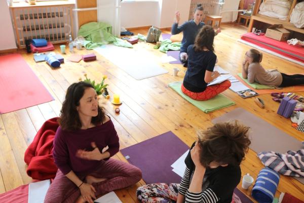 Hier einige Teilnehmerinnen, die vielleicht auch noch die BDY Yogalehrer Ausbildung absolvieren werden. Yoga & Cure erweitert nämlich sein Ausbildungsangebot. Ferner ist es Ziel, den Teilnehmerinnen die Zertifizierung durch die Prüfstelle der Krankenkassen zu ermöglichen. Denn mit dieser könnten im Gesundheitsbereich und Präventionsbereich sogenannte Präventionskurse angeboten werden.