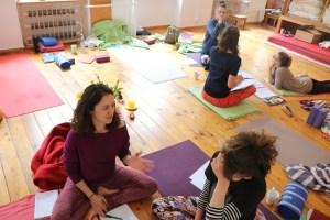 Auch während der Yogatherapie Ausbildung von Yoga & Cure gibt es Kleingruppenarbeit. Weil bei Dr. Mohme grundsätzlich das wirkliche Verstehen von Yoga & der Asanapraxis im Vordergrund steht, ist sie so beliebt. Es geht also nicht darum, lediglich irgend etwas zu imitieren, sondern eigene Erfahrungen zu machen. Hierbei gilt es, die Individualität jedes einzelnen Menschen zu berücksichtigen. Besonders ist das der Fall in der Arbeit mit Yogatherapie.