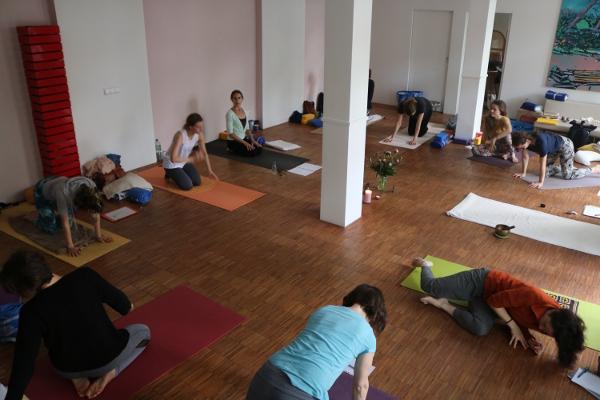 Yoga & Cure bietet in Bälde auch eine BDY Yogalehrer Ausbildung an. Wenn Du uns eine E-Mail sendest, informieren wir Dich zeitnah. Lass Dich qualifiziert, fundiert, medizinisch & gleichzeitig ganzheitlich im Yoga ausbilden.