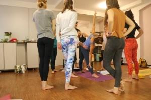 Nicht nur BDY Ausbildungen sind hochwertige Yoga Ausbildungen, sondern auch die Yogalehrer Ausbildungen von Yoga & Cure. Die Institutsleitung obliegt der Humanmedizinerin & Ayurvedaärztin Dr. med. Wiebke Mohme. Dr. Mohme verfügt über eine langjährige Lehrerfahrung in Yogaausbildungen & Yogatherapieausbildungen. Sie vermittelt ihr Wissen auf kompakte, effektive & liebevolle Art und Weise. Überzeuge Dich von ihren besonderen und liebevollen Lehrmethoden.