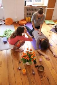 Weil die Yogalehrer Ausbildung bzw. Yoga Ausbildung bei Yoga & Cure ganzheitlich ist, lernst Du viel für Dein alltägliches Leben. Diese Yoga Ausbildung ist sehr vielseitig angelegt. Einerseits geht sie sehr tief, andererseits liefert sie Dir sofort Umsetzbares. Es werden unter anderem Erkenntnisse der Hirnforscher Prof. Dr. Gerald Hüther, Prof. Dr. Manfred Spitzer, Jesper Juul und anderer Experten mit einbezogen!