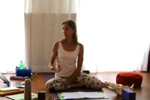 Dr. Mohme, die Ausbildungsleiterin der Yogalehrerinnenausbildung