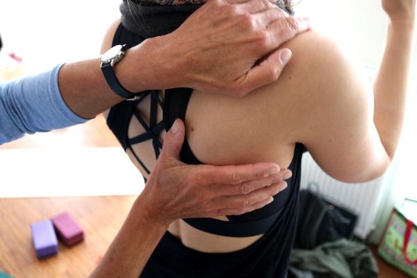 Dr. Mohme zeigt Assist während der Yogalehrer Ausbildung
