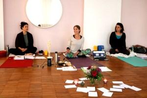 Dr. Wiebke Mohme und 2 Teilnehmerinnen der Yogalehr Ausbildung
