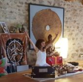"""Les mantras et sons de guérison: Mantra signifie """"Man"""" : penser & """"Tran"""" : protection. En quelque sorte les mantras sont des phonèmes/vibrations qui protègent. La sanskrit est une langue sacrée qui s'est forgé en lien avec le rythme des textes sacrés et des mantras afin de favoriser leur mémorisation. Les mantras & bijas mantras ont un rôle dans le processus de guérison profonde ; ils permettent de se relier profondément au monde énergétique et d'activer la résilience. Ce sont des vecteurs d'union entre les différents mondes et vont activer le sens de l'unité."""