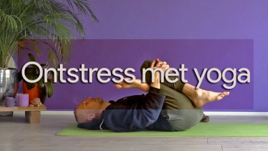 "alt=""Ontstress met Yin Yoga; John Kraijenbrink in reclined pigeon"""
