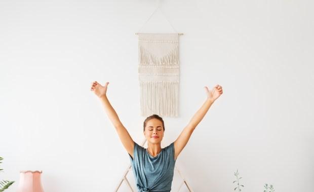 femme qui médite durant une séance de yoga