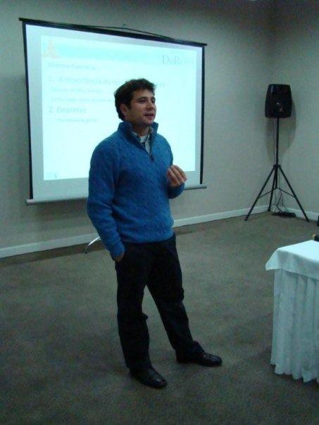 Instrutor Daniel De Nardi em sua palestra sobre a Dir. Financeira