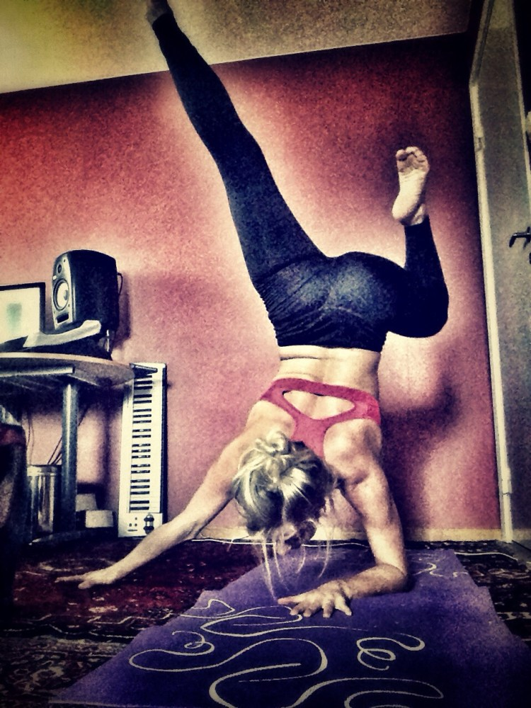 Funky forearmstand! (1/3)