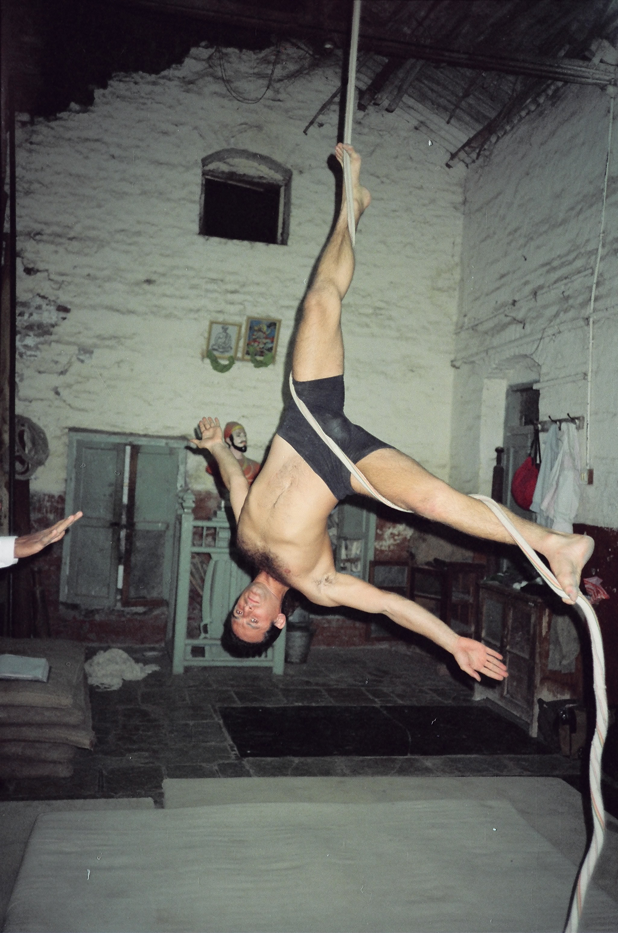 Simon Borg-Olivier practicing Niralamba eka pada sirsasana on rope Mallakhamb in Pune, India, 1988