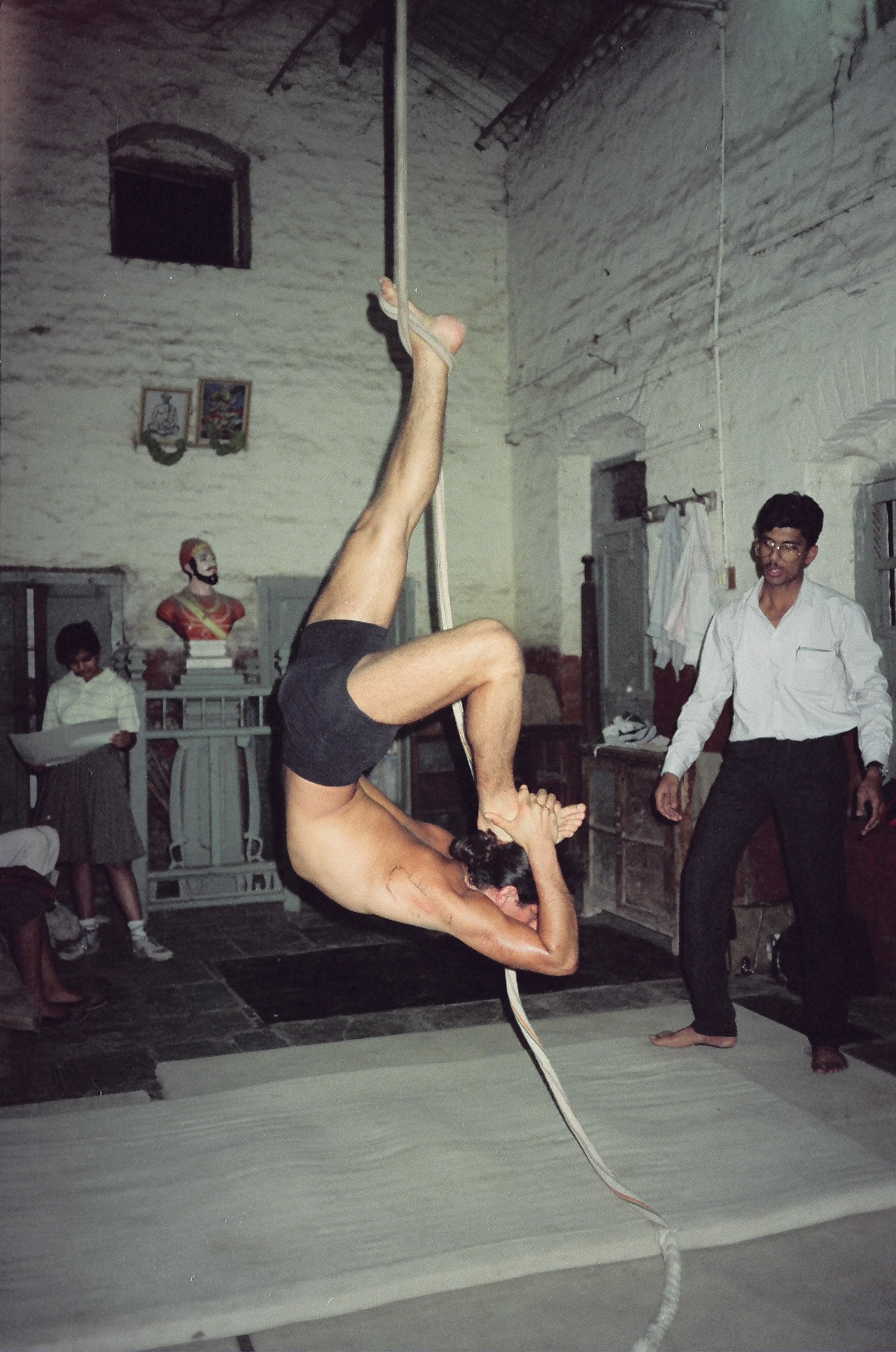 Simon Borg-Olivier practicing eka pada viparita dandasaana on rope Mallakhamb in Pune, India, 1988