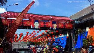 Di bagian depan pasar nampak foto Presiden dan wakilnya