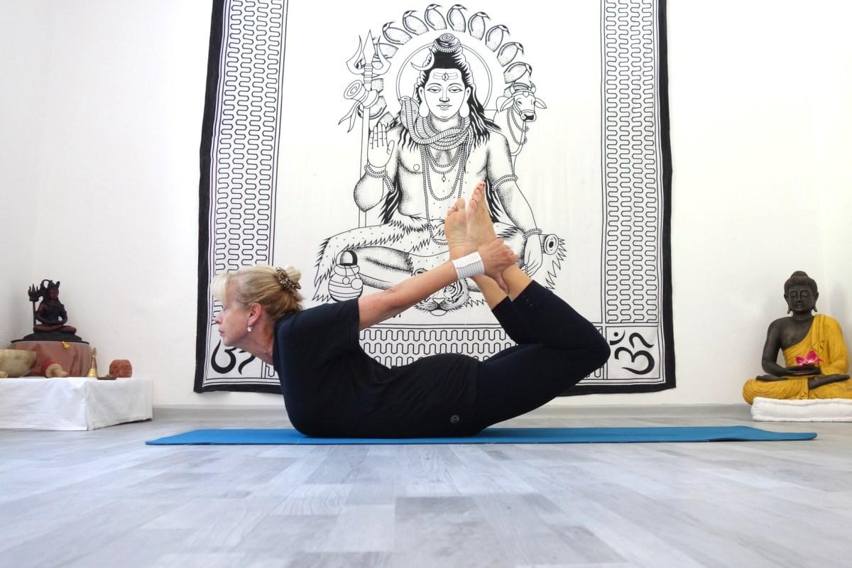 saral_dhanurasana_yoga_bei_rueckenschmerzen_yog_temple_yoga_in_österreich